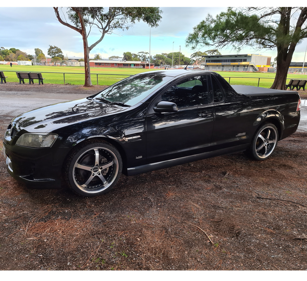 2009 HOLDEN UTE SS-V  MY 09.5 Manual transmission.  Black duco. Torneau cover. FULL LEATHER INTERIOR.