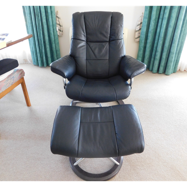 Dark green Stressless recliner with stool, less than 4 years old in excellent condition.