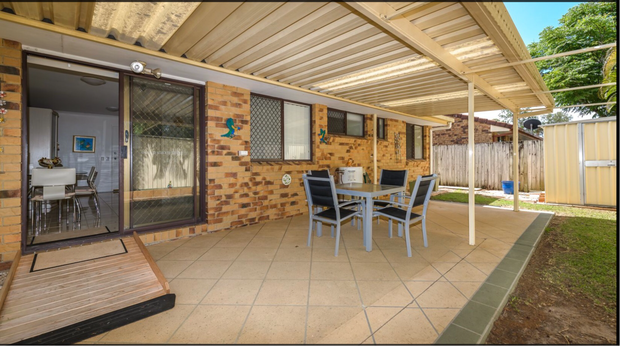 COOMBABAH16 Kangaroo AvenueHOUSE FULL OF FURNITURE INCLUDING QUEEN BED , KING SINGLE BED, LOUNGE, GLASS...