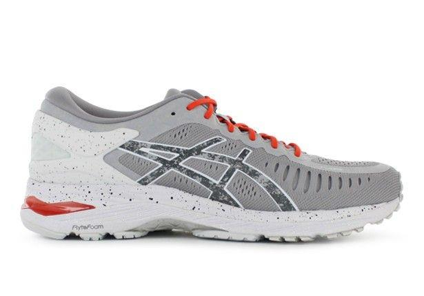 The Asics Mens Metarun running shoes are suitable for long distance running.