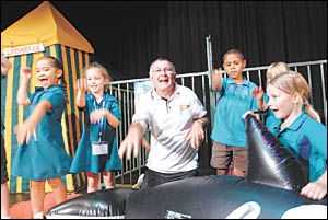 Laurie Lawrence does the Kids Alive pantomime song-and-dance routine with Coffs Harbour students.Photo: TREVOR VEALE