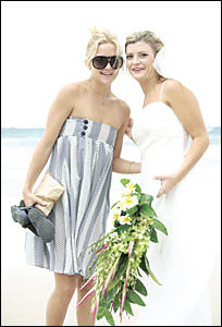 SAY CHEESE: Kate Hudson, left, and Elke Sullivan pose for a quick snap on Wategos Beach. Picture: DEAN TURNER, of www.turnervis