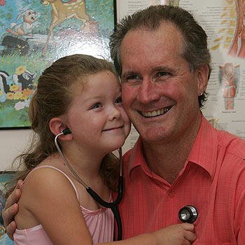 One of Maleny doctor Greg Wren's young patients Bre elle McLune, 5, checks his heart. Photo: Chris McCormack/ 171047c