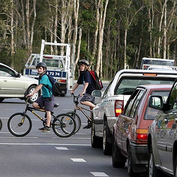 Primary school students mix it with traffic at the David Low Way and Mudjimba Beach Road intersection. Photo: Barry Leddicoat/175485b