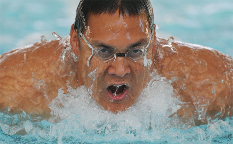 Geoff Huegill has returned to the pool in a bid to make the 2010 Commonwealth Games team.