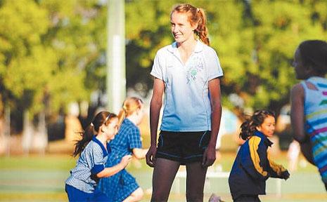 Tahlia Goodwin coaching a junior team at Grafton netball courts.