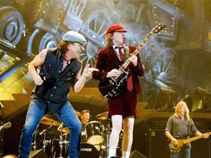 Hells Bells! Axl Rose struggling to sing AC/DC
