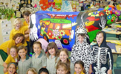 Bangalow Public School students with their winning Picasso cow.