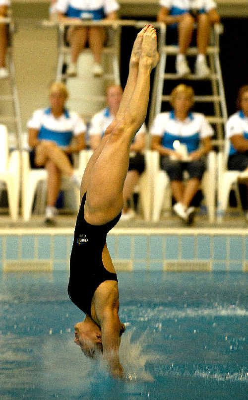 Alexandra Croak on her way to winning gold at the Australian Diving Championships.