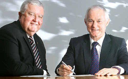 ANU Vice-Chancellor Ian Chubb and USQ Vice-Chancellor Professor Bill Lovegrove sign an alliance between the two universities.