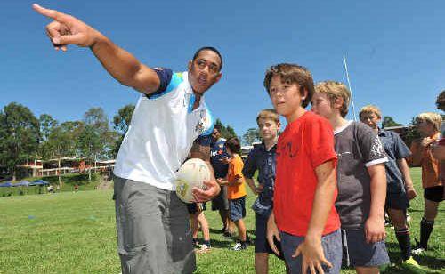 New Gold Coast Titans recruit Joseph Tomane shows Bishop Druitt College students how it's done.