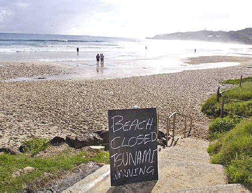Ballina Jet Boat Surf Rescue chief Garry Meredith has called for an improved tsunami warning system, similar to that used for bushfires, after beach-goers ignored signs placed on Byron's Main Beach on Sunday.
