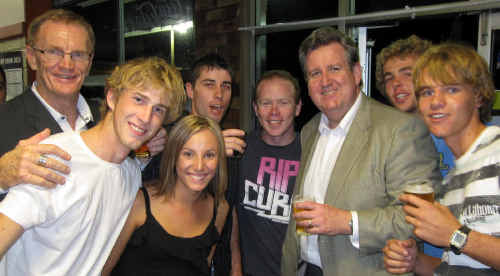 Cheers and beers: Clarence MP Steve Cansdell and Opposition leader Barry O'Farrell join some of the locals for a beer in Grafton on Thursday night.