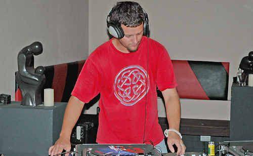 DJ Seton will play at the Uni Bar.