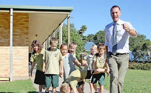 Lismore Heights principal Ken Hickling and students from 1/2B.