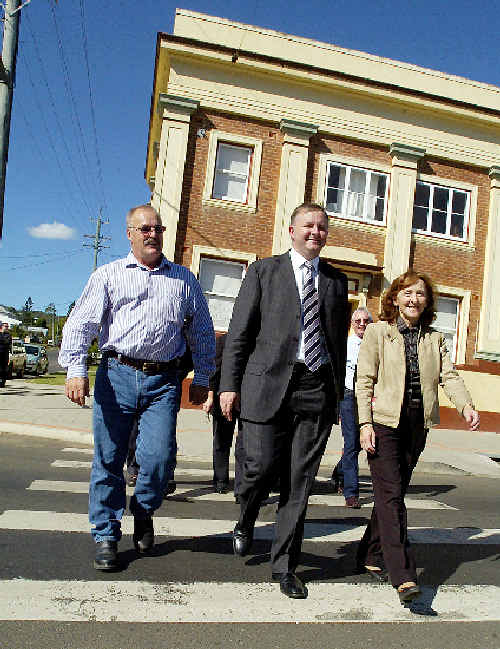 Federal Transport, Infrastructure and Local Government Minister Anthony Albanese (centre) in Kyogle yesterday with Kyogle Shire mayor Ross Brown and Federal Page MP Janelle Saffin.
