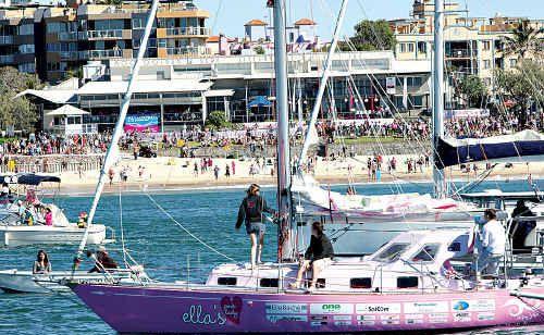 Thousands line Mooloolaba Beach to welcome home around-the-world teenage yachtswoman Jessica Watson on her yacht, Ella's Pink Lady, on Sunday.