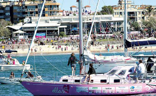 Thousands line Mooloolaba Beach to welcome home around-the-world teenage yachtswoman Jessica Watson on her yacht, Ella's Pink Lady, on Sunday.