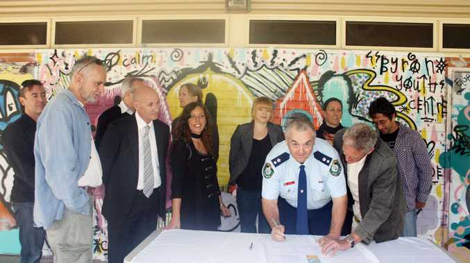 Inspector Owen King from Byron Bay police signs the Schoolies joint vision statement. He is surrounded by other key stakeholders.