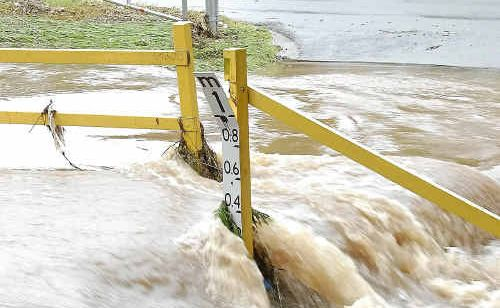 Early morning storms cause flash flooding in Toowoomba's East Creek.