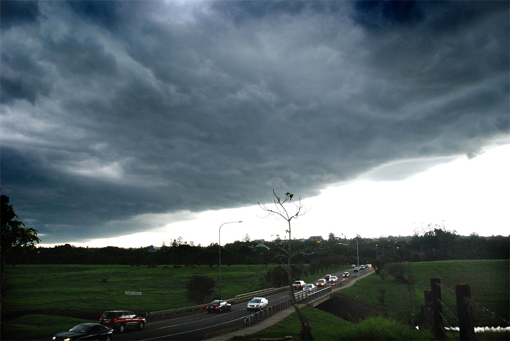 A storm front comes across Gympie.