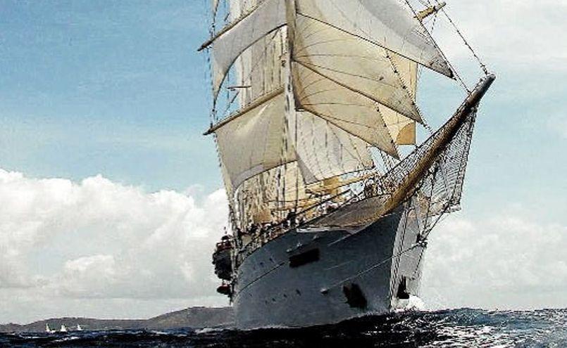 Star Flyer bears down under full sail.
