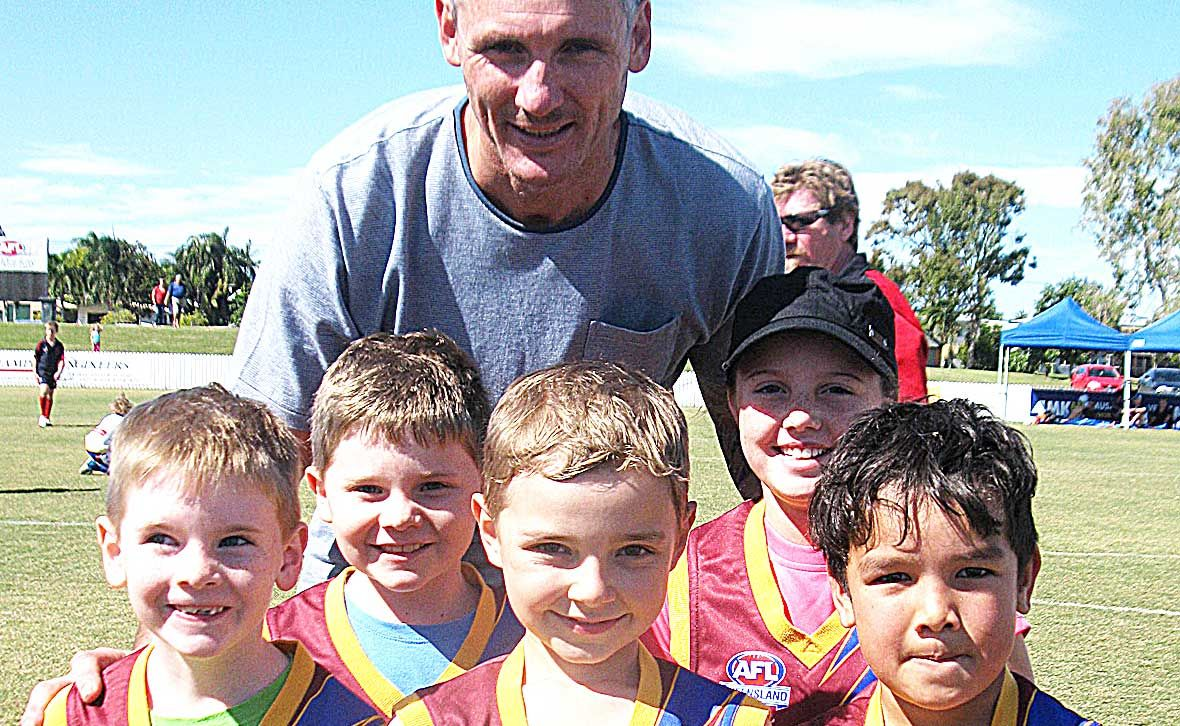 AFL STAR: Former AFL player Peter 'Spida' Everett (back) took some keen Whitsunday auskickers through a clinic on Sunday at Harrup Park. Front: Tim and Dane Gottschalk, Jackson Crossley, Georgia Fuhrmann and Sage Smith.