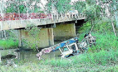 Crane lifted out of creek 'grave' | Daily Mercury