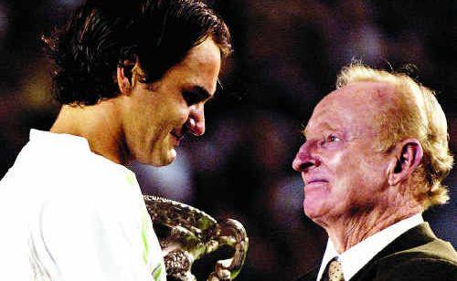 Rod Laver congratulates Roger Federer on winning the Australian Open in 2006.