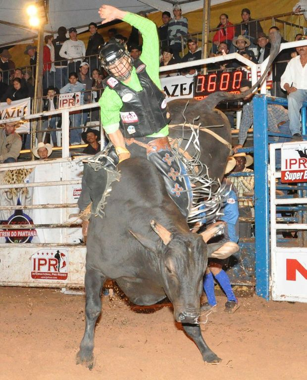 Mount Isa Rodeo lures bull riders for Country of Origin Competition.