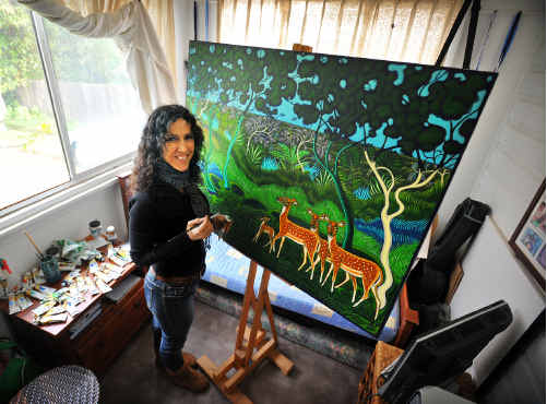 Sculptor and artist Violetta Lanza completing a painting for the Club Coffs on West High show.
