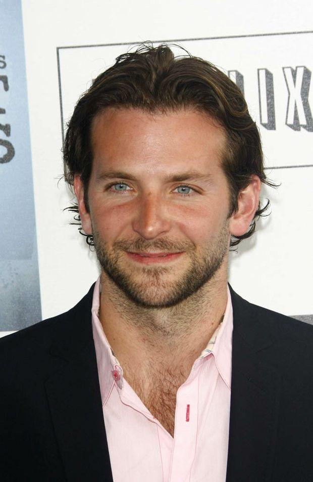 Bradley Cooper was spotted flirting with Scarlett Johansson at a New York nightclub.