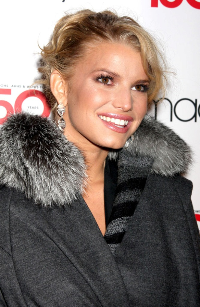 Jessica Simpson puts a halt to her nuptials due to wedding date issues.