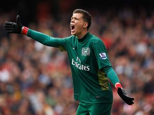 English players run Chelsea: Szczesny