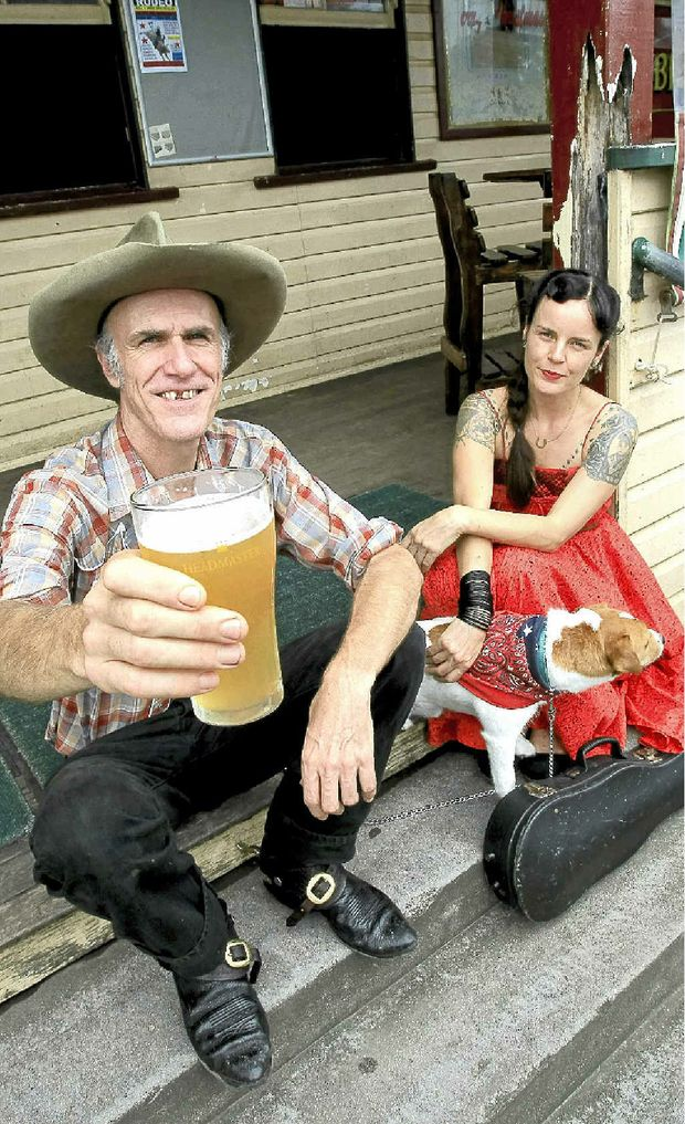 Musician Jimmy Willing, Circus the Singing Dog and Genna Phewacket didn't let the rain wreck their gig at Billinudgel Pub.
