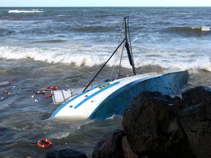 Trawler hits rocks on Duranbah Beach