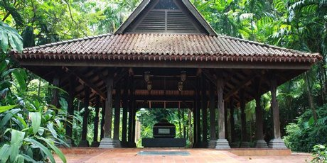 The supposed tomb of the last sultan of Singapore sits sheltered under a traditional 14th century Malay roof on top of Fort Canning Hill.