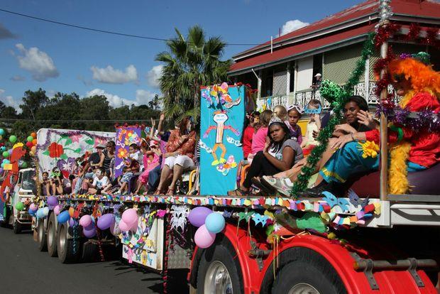 One of the colourful floats in the Golden Mount Festival parade. Photo Allan Reinikka / The Morning Bulletin ROK300411aparade3