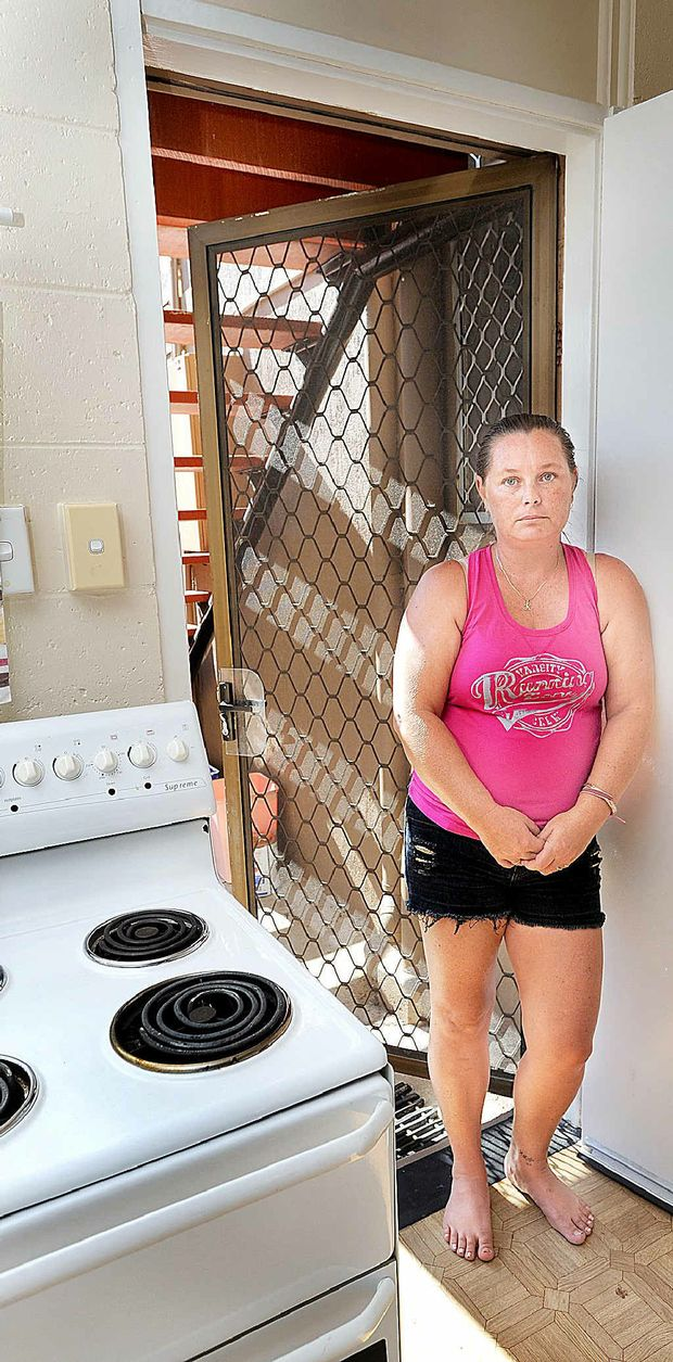 When Shannon Armstrong answered a late-night knock on her back door, a thief snuck in through the front door and stole her handbag.