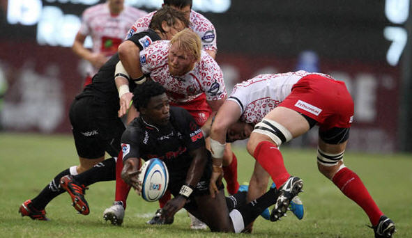 Lwazi Mvovo passes the ball in the tackle