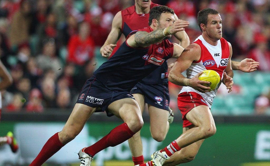 Ben McGlynn of the Swans runs the ball during the round eight AFL match between the Sydney Swans and the Melbourne Demons at the Sydney Cricket Ground