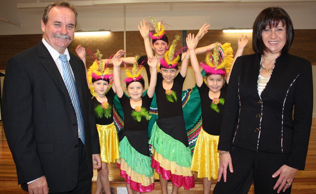 Murwillumbah Public School principal Les Daley and school dancers with Richmond MP Justine Elliot.