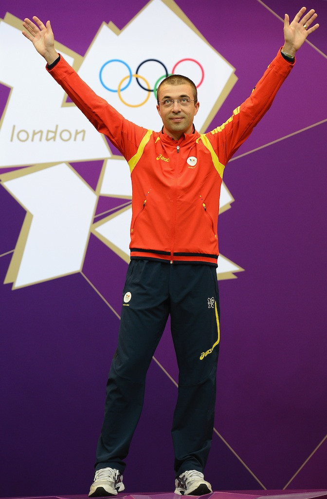 Alin George Moldoveanu has prevailed in a tight battle to win gold in the men's 10 metre air rifle.