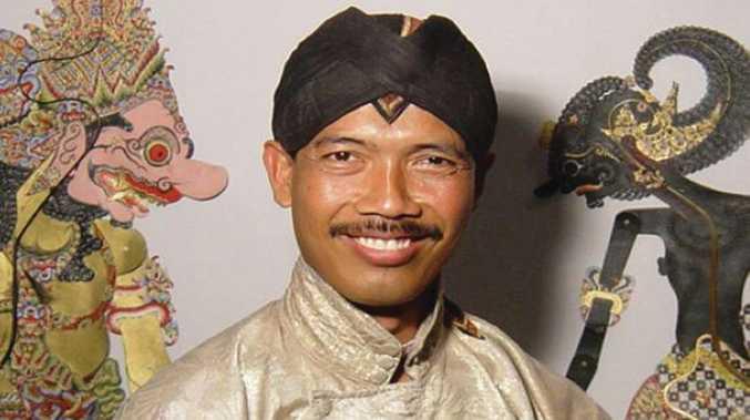 Master Indonesian shadow puppeteer Pak Sumardi is visiting.