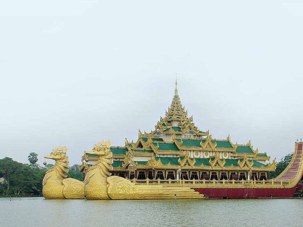 The Karaweik Bird Barge restaurant was built in the 1970s according to the design of the royal barges used by Myanmar kings. It sits on the Kan Daw Gyi lake in Rangoon.