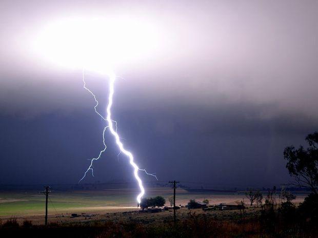 Lightning bolt over Hodgson Vale, south of Toowoomba. Photo Grant Rolph