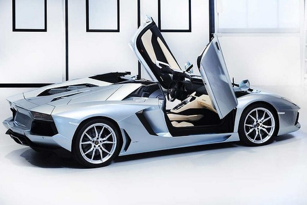 This is Lamborghini's fastest open top car to date – the spectacular 350kmh Aventador Roadster LP700-4.