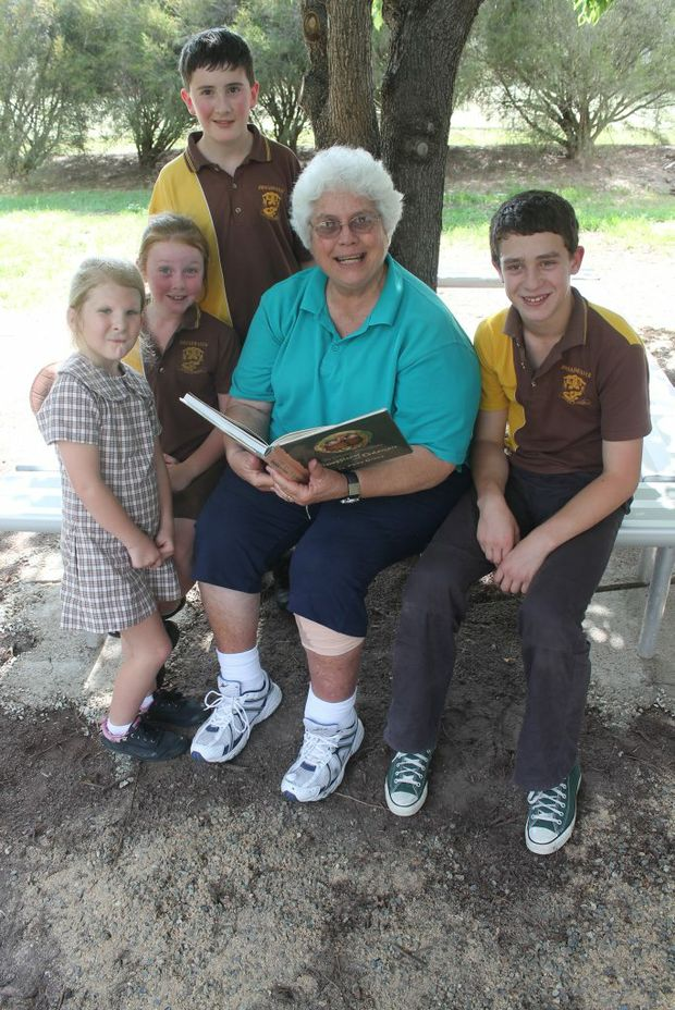 UNDER THE READING TREE: Outgoing Broadwater State School principal Ruth Bott shares some time with Ben McAtamney, Tessa Pascoe, Ethan Semenzin and Karla Brien. Photo Daniel Elliott / Stanthorpe Border Post