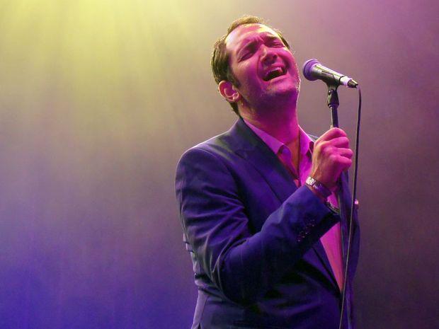 Darren Percival sings at Woodfordia.