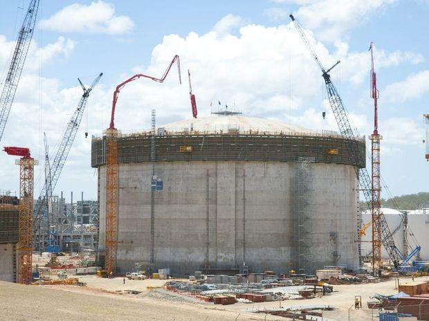 A 900-tonne steel dome has been raised to the top of a liquefied natural gas tank in Queensland for the first time, marking a milestone for the state's gas industry.